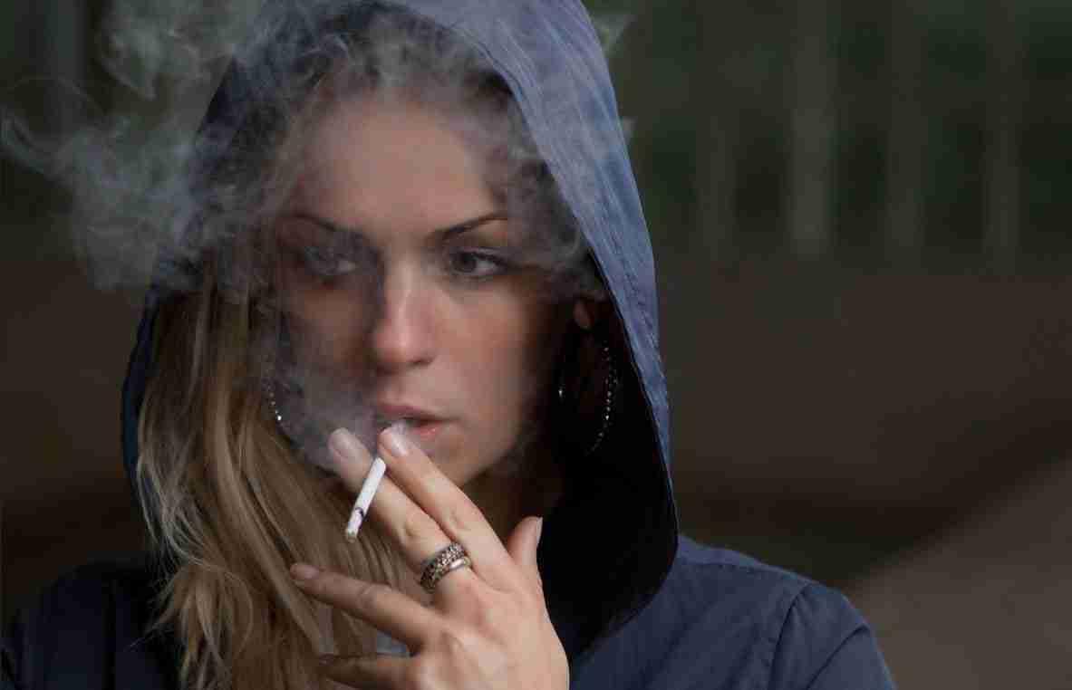donna che fuma ostruzione della carotide